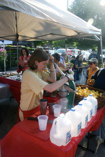 making lemonade at the market